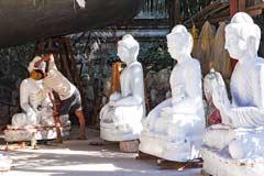 Marmor-Buddhas werden bei einem Steinmetz in Mandalay verziert