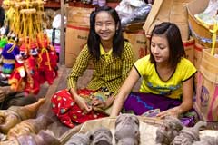 Freundliche Verkäuferinnen für Puppen in Mandalay