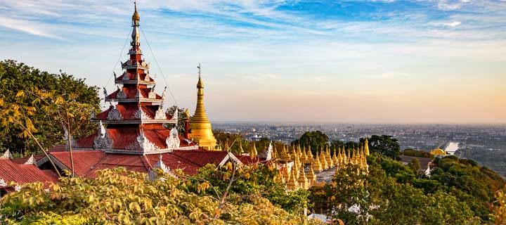Panorama der Pagoden am Mandalay Hill über der Stadt Mandalay