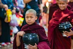 Junge Mönche ersuchen um Speisung im Mahagandhayon in Mandalay