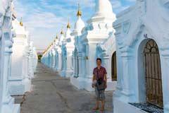 Ein Gang voller Bücher geschieben auf Steintafeln in der Kuthodaw Pagode in Mandalay