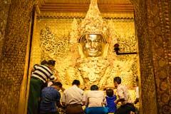 Der goldene sitzende Buddha in der Mahamuni-Pagode in Mandalay