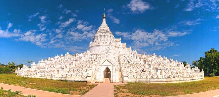 Panorama der weißen Hsinbyume-Pagode in Mingun bei Mandalay