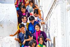Eine Schulklasse auf den Treppen der Hsinbyume Pagode in Mingun bei Mandalay