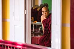 Ein Mönch bei der Mönchspeisung in Mandalay