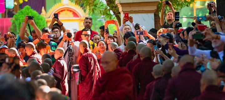 Panorama bei der Mönchsspeisung am Mahagandhayon Kloster in Mandalay