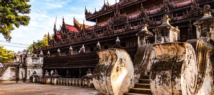 Panorama des aus Teakholz gebauten Shwenandaw Klosters in Mandalay