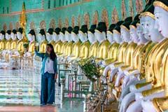 Ein Selfie vor den Buddhas in der U Min Thonze Temple in Sagaing