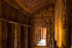 Die Schnitzereiarbeiten im Inneren des Shwenandaw Kloster in Mandalay