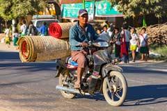 Das Mofa ist in Myanmar das Lastenfahrzeug