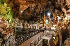 Mehrere Tausend Buddha-Figuren stehen in der heiligen Höhle von Pindaya