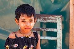 Ein junges Mädchen mit typischer Thanaka Bemalung