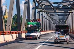 Die landestypische Auslastung von Fahrzeugen in Myanmar