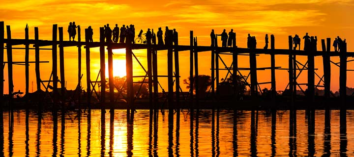 Panorama der U-Bein-Brücke bei Mandalay in Myanmar bei Sonnenuntergang