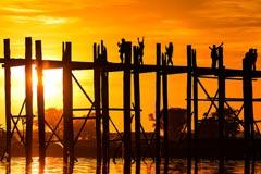 Romantischer Sonnenuntergang an der U-Bein-Brücke bei Mandalay
