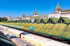 Das koloniale Bahnhofsgebäude von Yangon