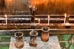 Rituale dund Relikte im Chaukhtatgyi Tempel in Yangon