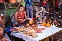 Eine Frau verkauft Suppenhühner auf dem lokalen Markt von Htauk Kyant