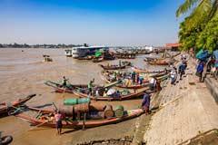 Am Hafen des Yangon Flusses herrscht geschäftiges Treiben