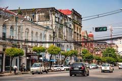 Ein Hauptstraße der Metropole Yangon in Myanmar