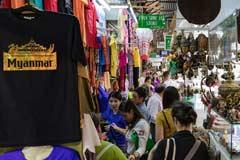 Gänge mit Geschäften im Bogyoke Aung San Markt in Yangon