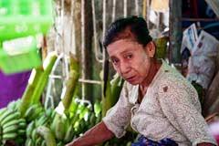 Eine ältere Frau auf dem Markt von Htauk Kyant bei Yangon