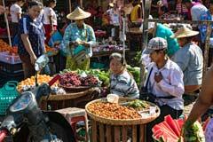 Verkaufsstände auf dem lokalen Markt von Htauk Kyant