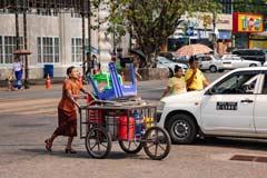Pragmatisches Treiben auf den Straßen von Yangon