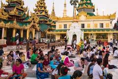 Pilger in der  Shwedagon Pagode in der Hauptstadt Yangon