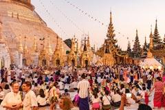 Massen von Gläubigen und Besuchern an der Shwedagon Pagode in der Metropole Yangon