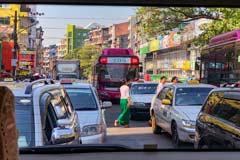 Zum Feierabend herrscht auch auf den Straßen von Yangon Staugefahr