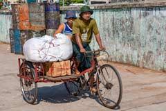 Universelles Lastenfahrrad auf den Straßen von Yangon