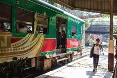 Eine Zugfahrt in der burmesischen Metropole Yangon ist sehr spannend