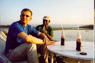Cola am Ufer des Rapti River, Chitwan Nationalpark, Nepal