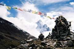 Die Gedenkstätte der am Everest verstorbenen Sherpas in Duglha in Nepal