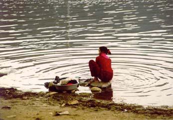 Wäsche waschen am Phewa See, Pokhara, Annapurna, Nepal