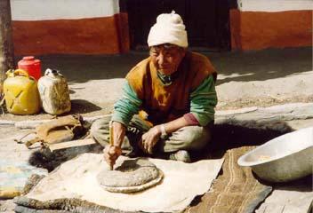 Mann beim Mais mahlen in Jharkot, Annapurna, Nepal