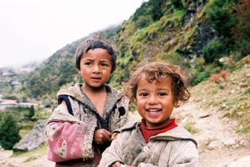 Kinder auf dem Weg von Thame nach Khumjung, Everest-Region, Nepal