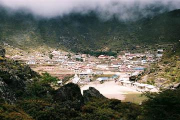 Blick auf das im Talkessel gelegene Khumjung, Everest-Region, Nepal