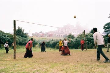 Mönche des Klosters Tengboche spielen Volleyball, Everest-Region, Nepal