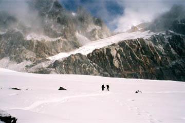Überquerung von Schneefeldern auf dem Cho La Pass, Everest-Region, Nepal