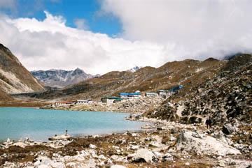 Blick zurück auf den See und den Ort Gokyo, Everest-Region, Nepal
