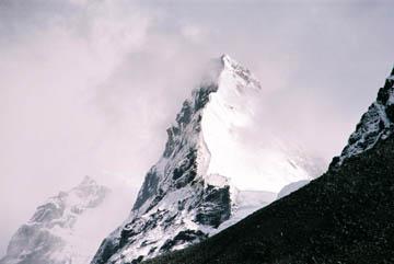 Schroffe Felsen auf dem Weg zum Cho Oyu Basecamp, Everest-Region, Nepal