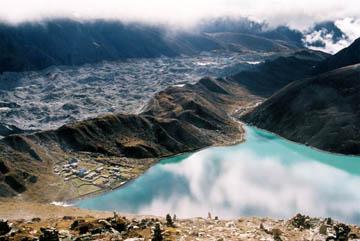 Blick vom Gokyo Ri auf Gokyo, den See und den Gletscher, Everest-Region, Nepal