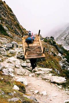 Lastenträger auf dem Weg von Dole nach Gokyo, Everest-Region, Nepal