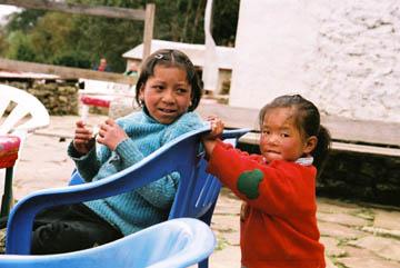 Spielende Kinder auf dem Weg nach Namche Bazar, Everest-Region, Nepal