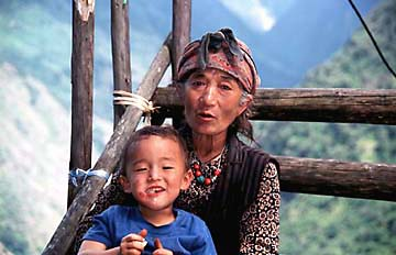 Eine Oma mit Enkel in Nepal