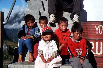 Kinder am Langtang Trek in Nepal