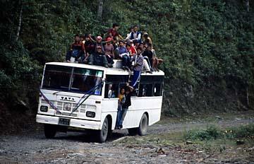 Ein Bus auf dem Weg nach Dunche im Langtang Trekking Gebiet in Nepal