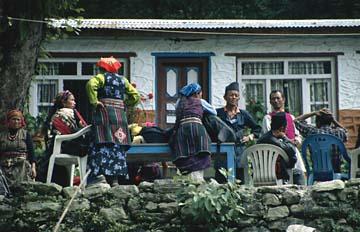 Eine Gruppe Nepalesen in traditioneller Tracht